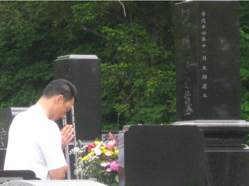 故・伊藤義博氏の墓前に手を合わ...
