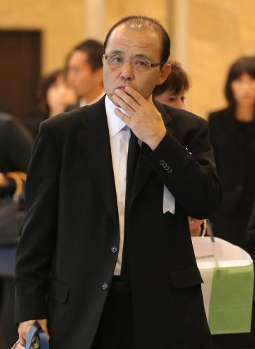 中村勝広氏の葬儀に参列する岡田...