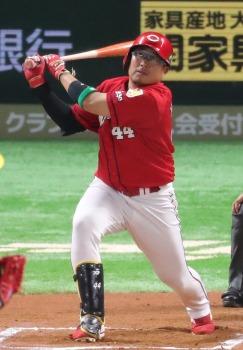 松山は「赤ゴジラ」継承 背番「4...