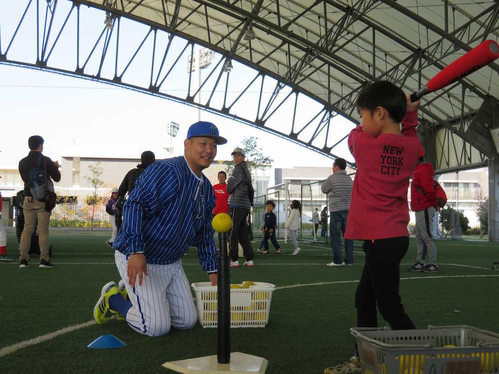 野球教室に参加したDeNA・筒香