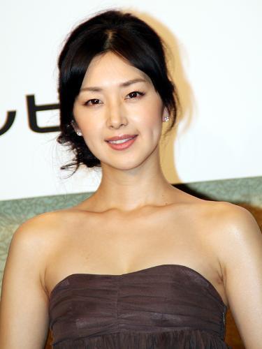 ドレスを着た苗木優子