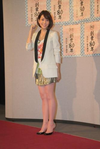 ミニスカートをはいた内田恭子