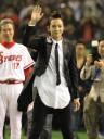 韓国国歌を独唱しファンに手を振るチャン・グンソク