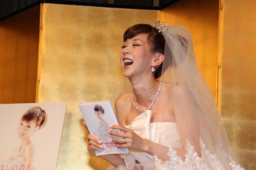 0a4b7fc6a37fc 挙式後にウエディングドレス姿で「ほしのあきの My Happy Story」発売記念記者