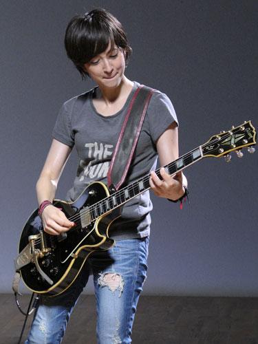 Tシャツ&ジーンズでギター披露