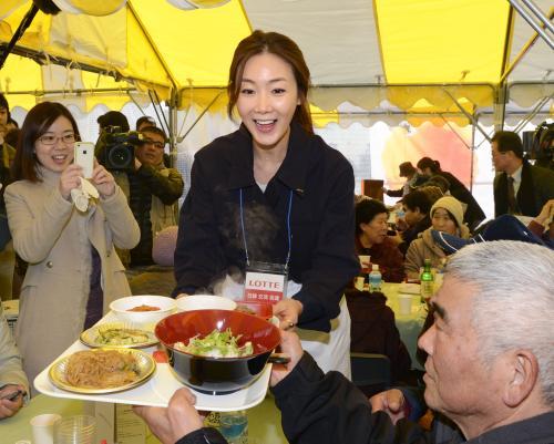 韓国の人気女優チェ・ジウさん 福島仮設住宅訪問 エプロン姿で韓国料理ふるまう