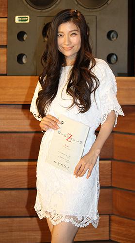 白レースドレスの篠原涼子