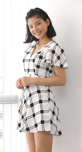 ミニスカート姿の石井杏奈さん