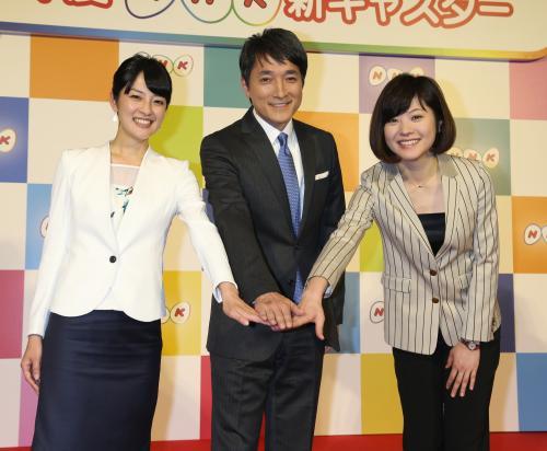フォトセッションで手を合わせる(左から)鈴木奈穂子 ...