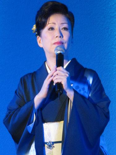 歌っている西川峰子