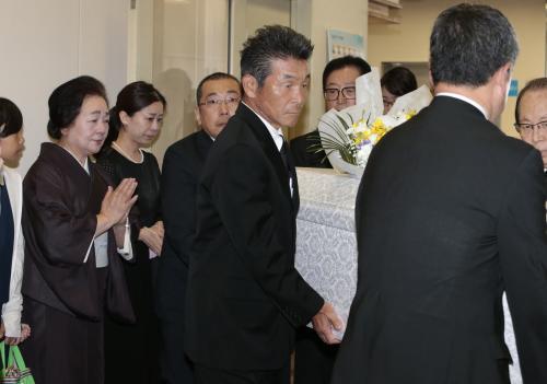 花紀京さん 思い出の曲「明日があるさ」で出棺