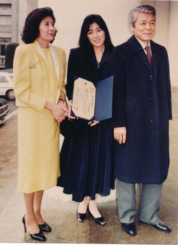 二谷友里恵の大学卒業式にご両親と