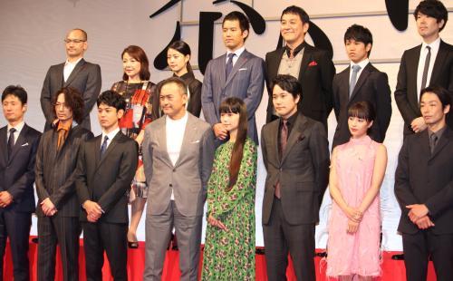 渡辺謙 Wikipedia: 映画「怒り」完成報告会見に出席した(後列左から)吉田修