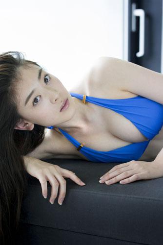 青い水着を着た水上京香