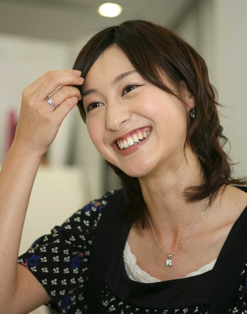 額に手を当てて可愛らしい笑顔を見せてくれる小川彩佳
