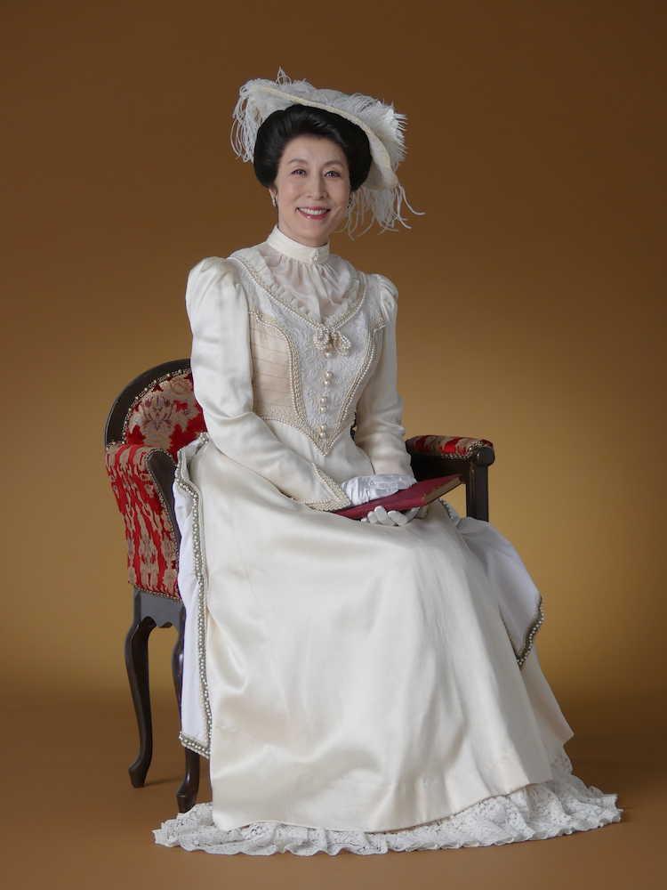 白いドレスに大きな帽子をかぶった高畑淳子