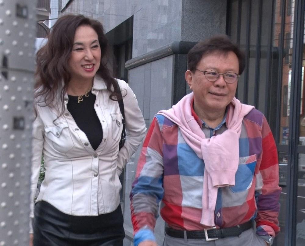 仲良く外出する猪瀬直樹氏(右)と蜷川有紀(C)TBS― スポニチ ...
