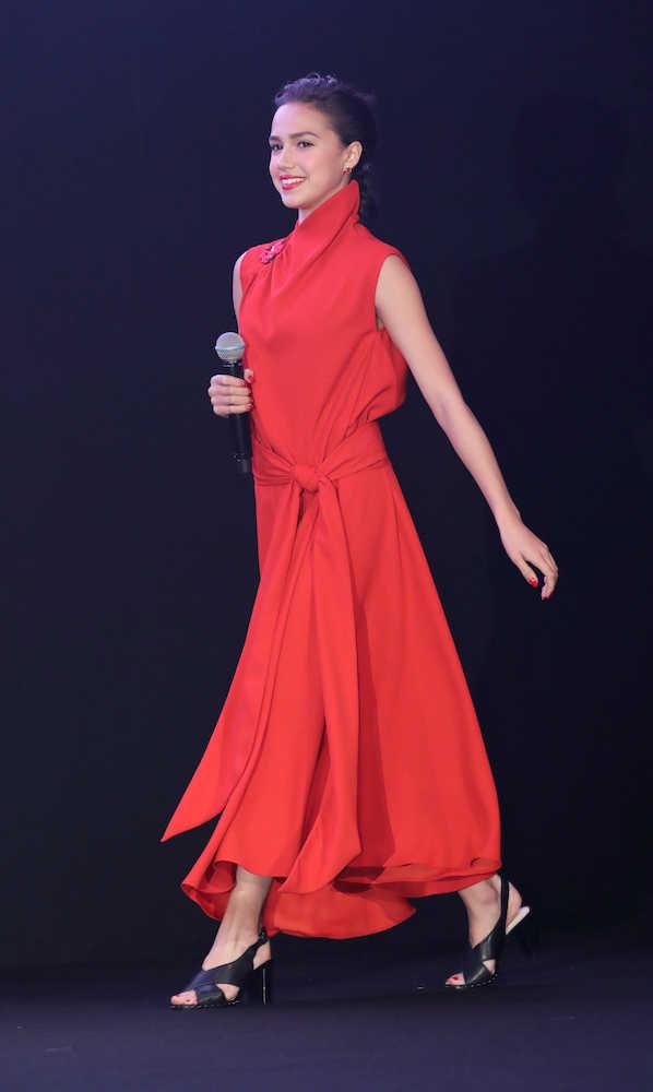 ザギトワ セクシーな赤ドレスを披露 愛犬・マサルは「ハラショー