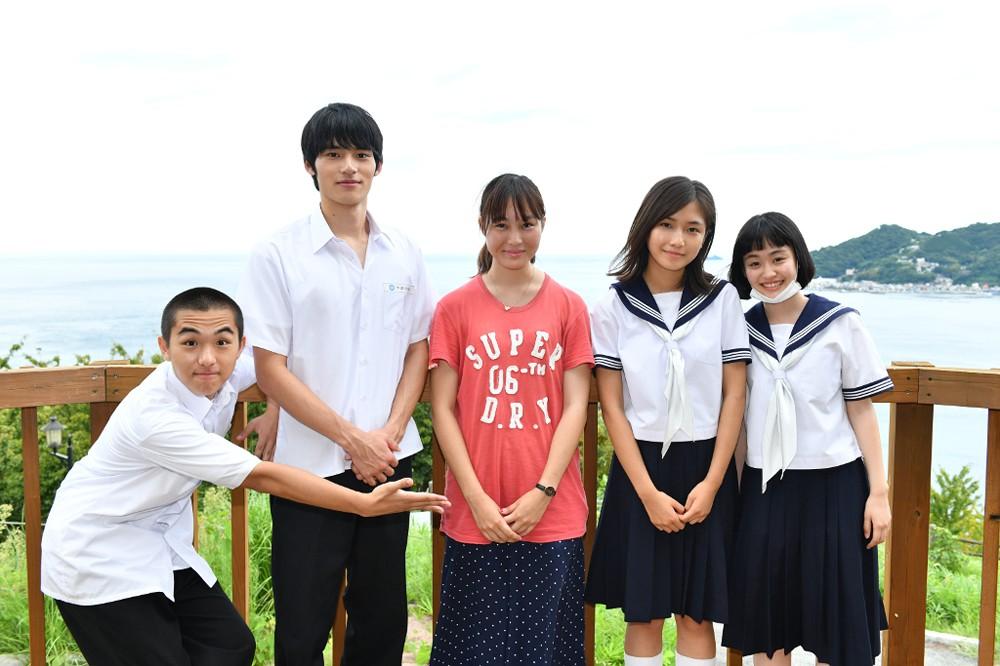 左から)若林時英、岡田健史、松本花奈監督、小野