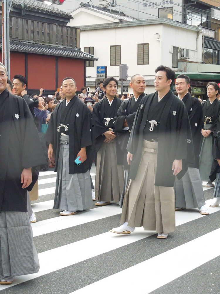 四条通を練り歩く(左から)市川猿之助、片岡愛之助、市川海老蔵、松本 ...