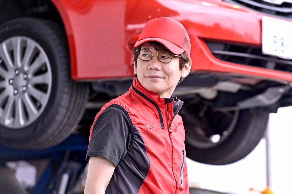 日曜劇場「ドラゴン桜」第4話。ガソリンスタンドの店員役を演じた三四郎・小宮浩信(C)TBS