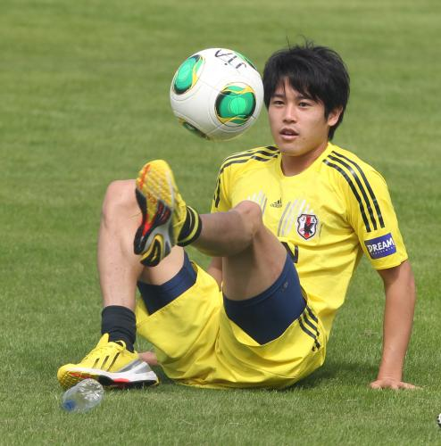 リフティングをする日本代表DF内田