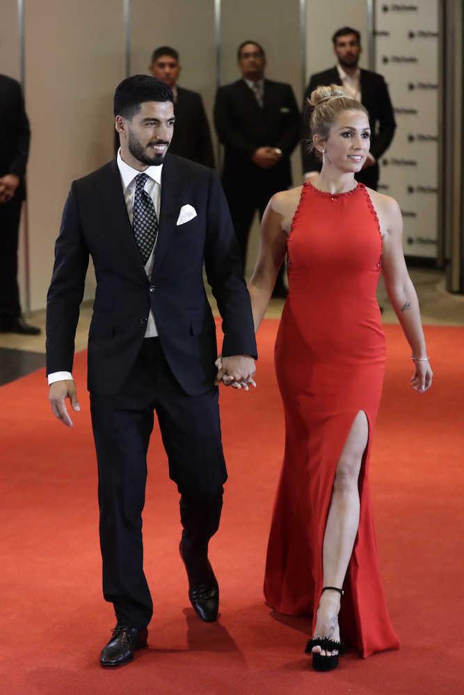 メッシの結婚式に列席したスアレスと妻のソフィア・バルビさん (