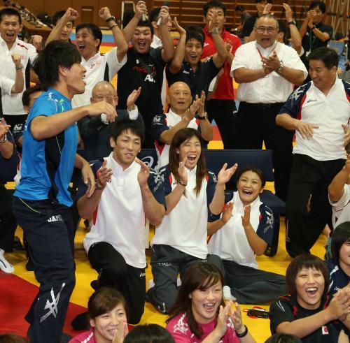 2020年の五輪実施競技にレスリングが選ばれ喜ぶ吉田(中央)ら