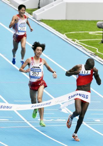 男子マラソンで2時間12分39秒の2位でゴールする松村康平。上は3 ...