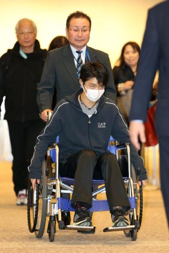 【画像】 羽生きゅんが帰国 痛々しい姿で空港に現れる あーこれは重傷だわ・・・
