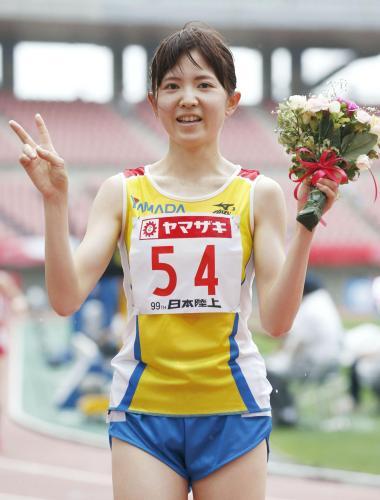 女子1万メートルで優勝し、花束を手に笑顔の西原加純― スポニチ Sponichi Annex スポーツ