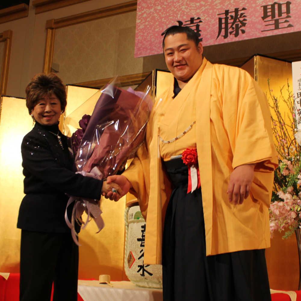 恩師の田中英寿・日大理事長夫人の優子さんに花束を贈る遠藤