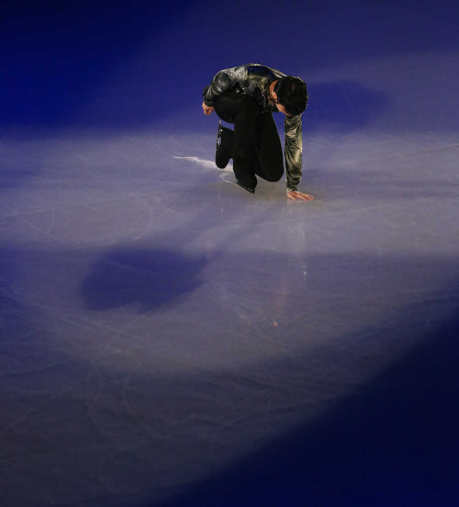 「CONTINUES With WINGS」オープニングで氷にそっと手を置く羽生結弦(撮影・小海途 良幹)