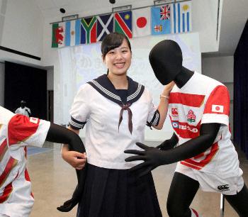 日本代表のジャージーを着たマネキンと写真に納まる洞口さん